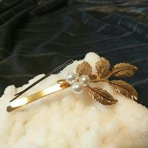 "Accessories - 3/$30👍LARGE 3.5""  Gold Leaves & Pearls Hair Clip"